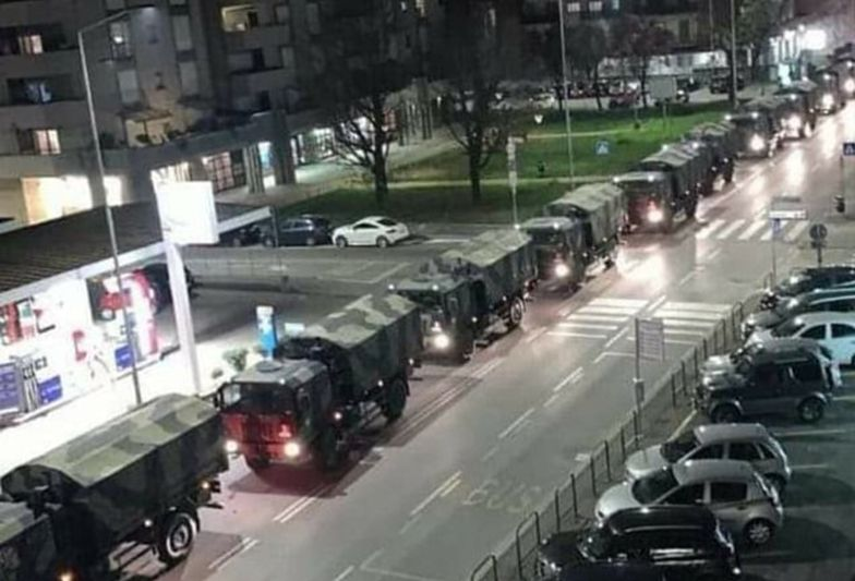 Ciężarówki wojskowe wiozące ciała zmarłych z powodu koronawirusa, przejeżdżające przez Bergamo.