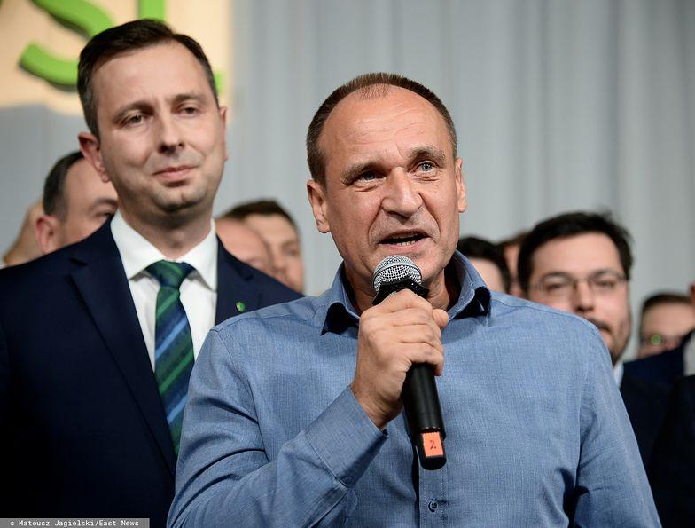 Wyniki wyborów 2019. Wieczór wyborczy PSL - na pierwszym planie Paweł Kukiz (w tle Władysław Kosiniak-Kamysz)