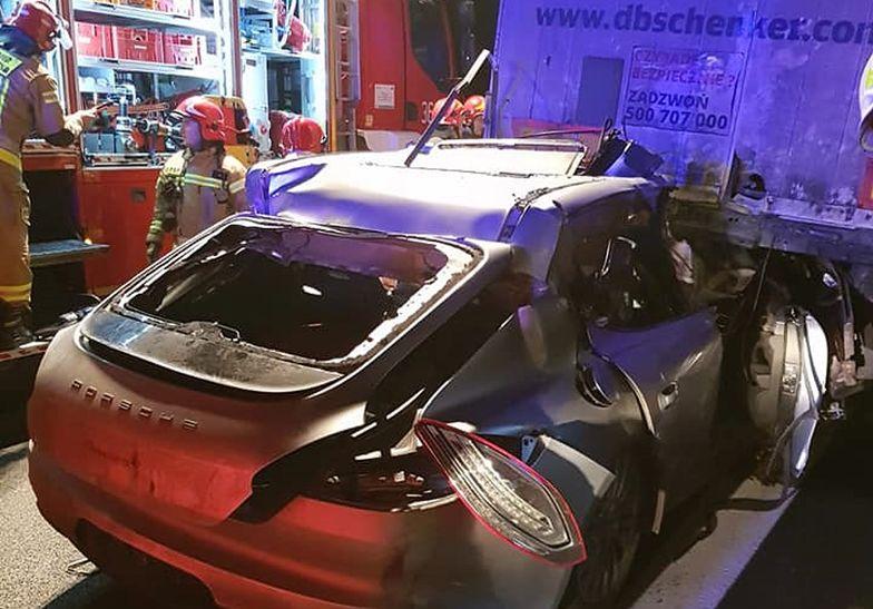 Wielkopolska. Tragedia na A2 koło Konina. Porsche wbiło się w tira