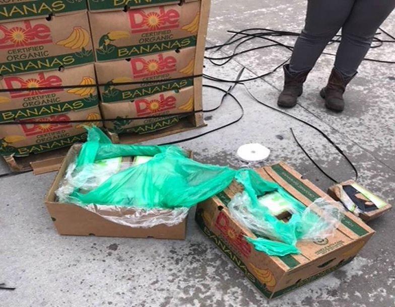 Więzienie otrzymało banany. W pudełkach było coś jeszcze