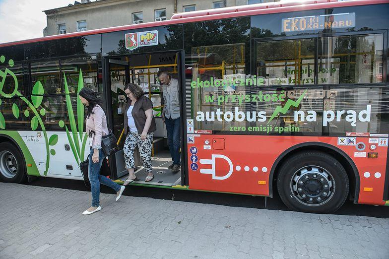 Zwrócił uwagę nastolatkom, by nie pchali się do trolejbusu. Dostał w twarz od 14-latka