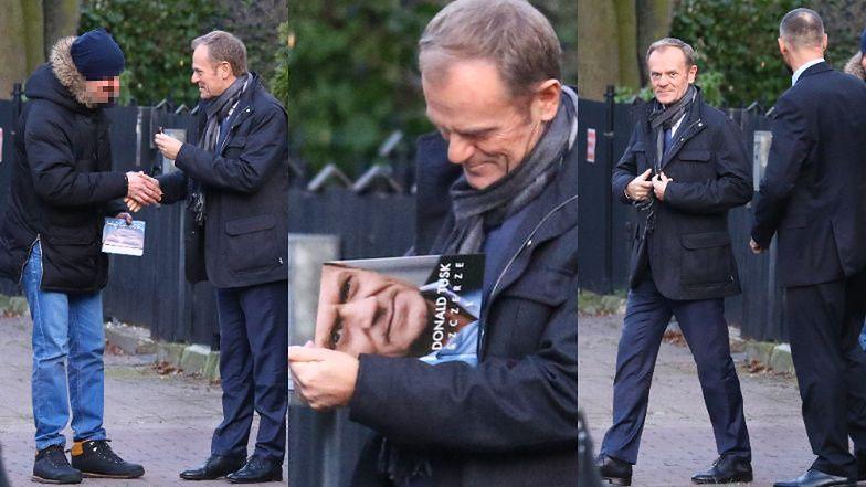 Donald Tusk w towarzystwie ochroniarza i szofera rozdaje autografy i wsiada do nowej limuzyny