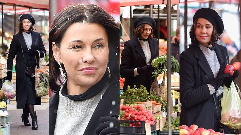 Wystylizowana na paryżankę Anna Popek kupuje zieleninę na bazarku