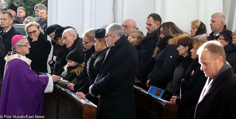 Abp Leszek Sławoj Głódź i rodzina zamordowanego Pawła Adamowicza podczas pogrzebowej mszy świętej w Bazylice Mariackiej.