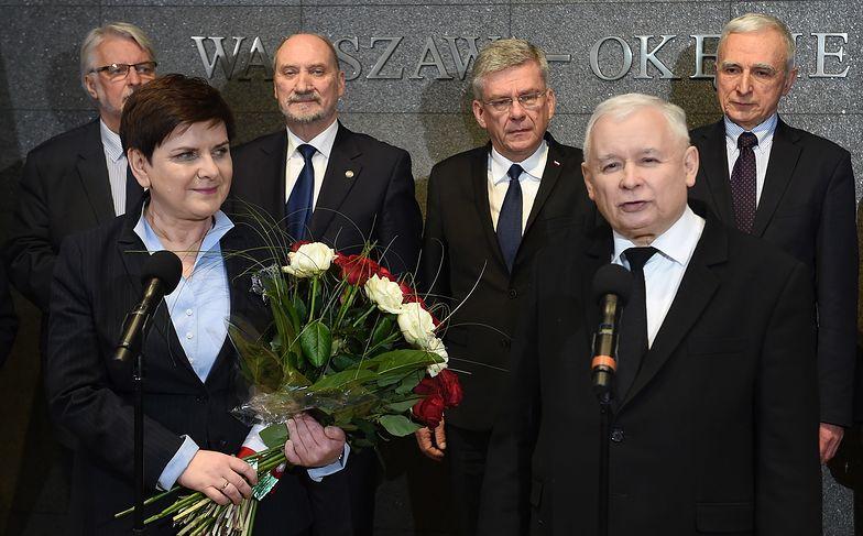 Beata Szydło, Jarosław Kaczyński oraz ministrowie na lotnisku Okęcie po powrocie premier z Brukseli.