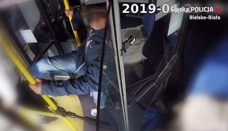 Policja z Bielsko-Białej zatrzymała mężczyznę poszukiwanego za kopnięcie kierowcy autobusu