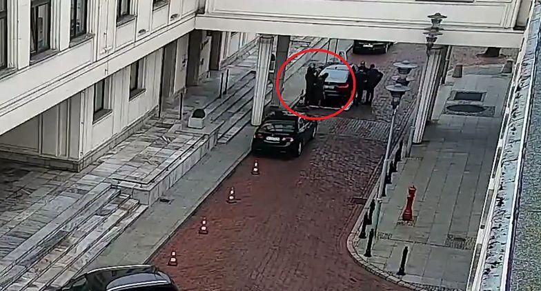 Senat. Uderzono dyrektor gabinetu Tomasza Grodzkiego. Dziennikarze i politycy komentują sytuację