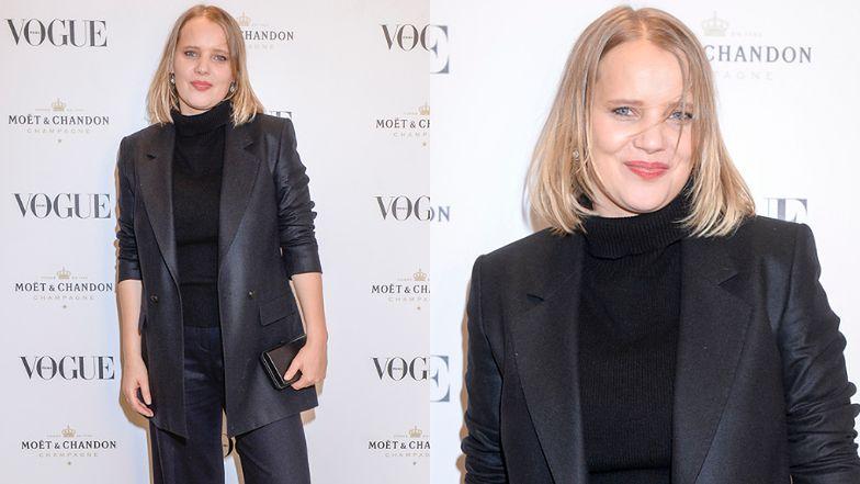 """Joanna Kulig cała na czarno bawi się na świątecznej imprezie """"Vogue Polska"""" (FOTO)"""