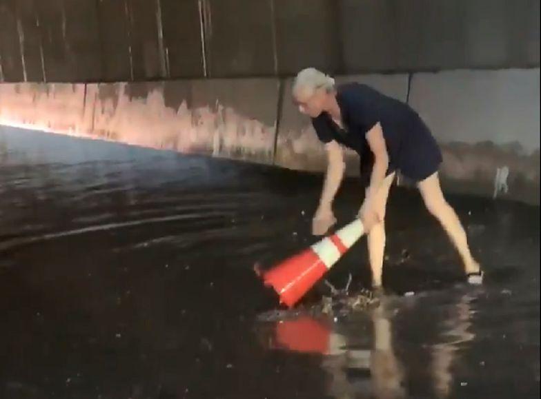 Nowy Jork. 50-latka oczyściła wody powodziowe za pomocą pachołka drogowego