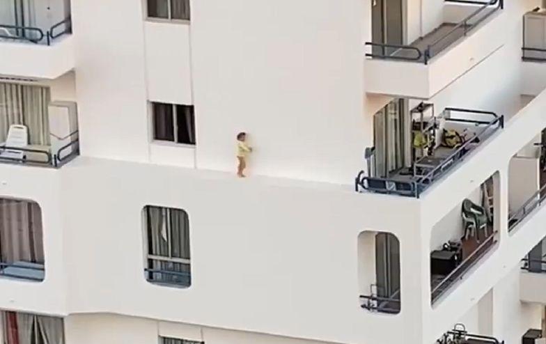 Przerażające nagranie. Dziecko wyszło przez okno na 5. piętrze
