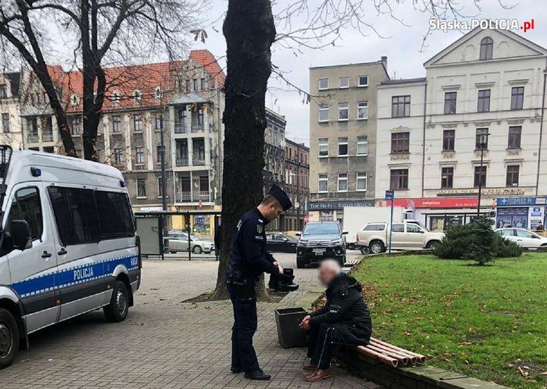 Katowice. Piękny gest policjanta. Pomógł bezdomnemu z butami