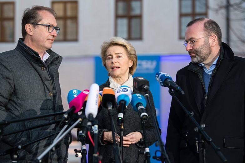 Przewodnicząca Komisji Europejskiej Ursula von der Leyen (w środku)