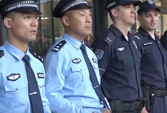 Chiny wysłały policjantów. Patrolują ulice miast w Europie
