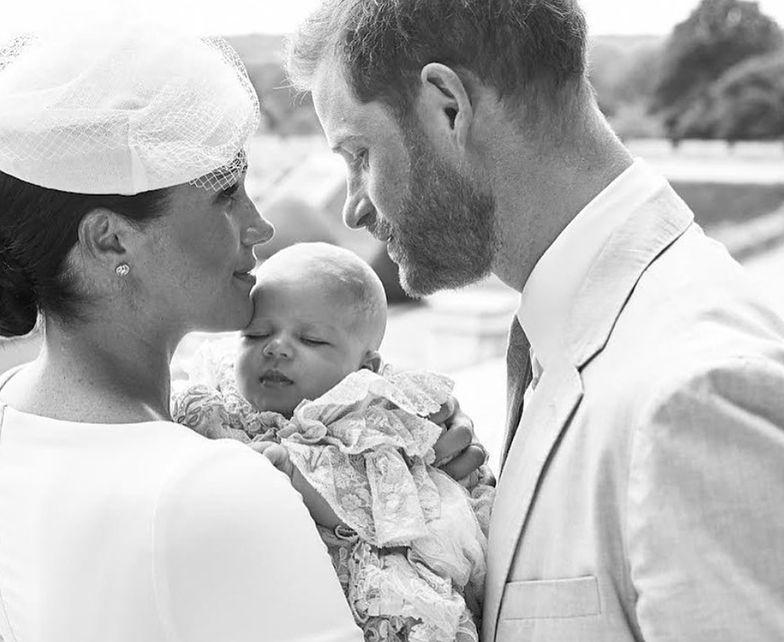 Księżna Meghan i książę Harry ochrzcili syna. Przyjrzeliście się zdjęciu?