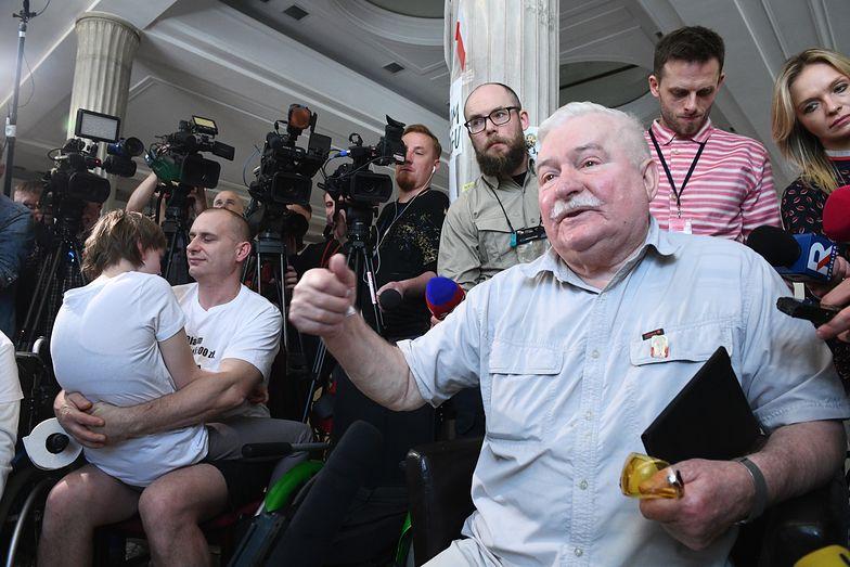 Lech Wałęsa w poniedziałek spotkał się z protestującymi