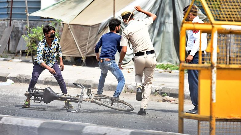 Policja w Indiach dyscyplinuje obywateli, nieprzestrzegających nowych zasad przeciwdziałania koronawirusowi.