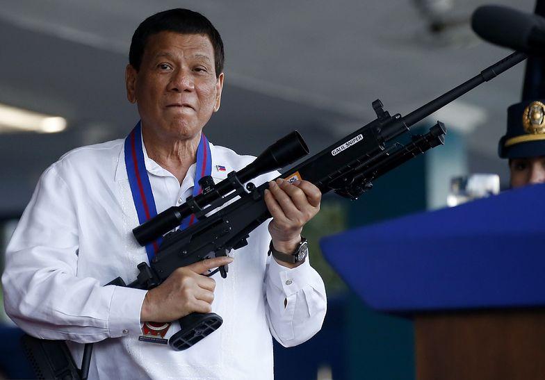 Filipiny. Prezydent Rodrigo Duterte pozuja z bronią. Zdjęcie z 19 kwietnia 2018 roku.