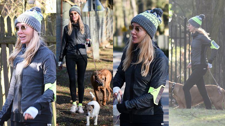 Agnieszka Woźniak-Starak na spacerze z psami