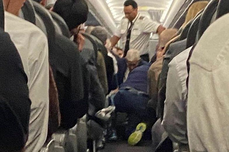 Samolot awaryjnie lądował. Pasażer próbował otworzyć drzwi w trakcie lotu