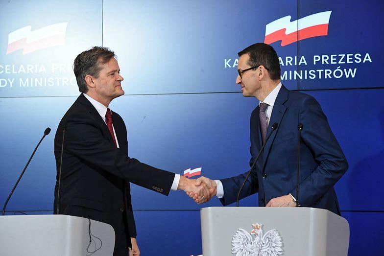 Premier Mateusz Morawiecki i członek zarządu Mercedes-Benz Cars ds. produkcji i łańcucha dostaw Markus Schäfer