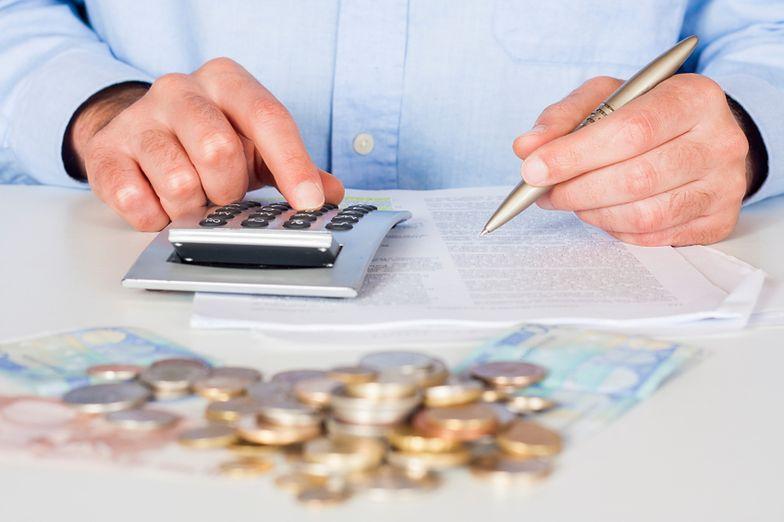 Kalkulator wynagrodzeń brutto-netto uwzględnia czynniki takie jak składki na FP i FGŚP