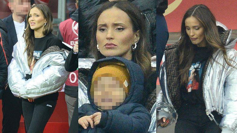 Naburmuszona Marina przyczłapała na mecz Polska-Słowenia w kurtce za 15 tysięcy i koszulce z własną facjatą. Mistrzyni marketingu? (FOTO)