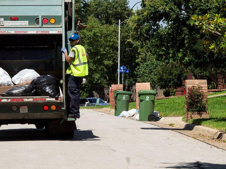 Cudem uratowany ze śmieciarki. Amerykanin obudził się w środku
