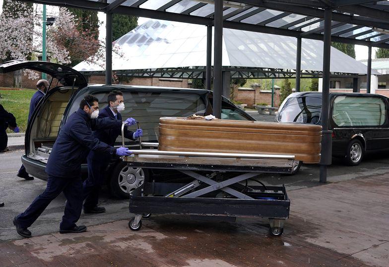 Pracownicy kostnicy w Madrycie z trumną osoby, która zmarła na koronawirusa.