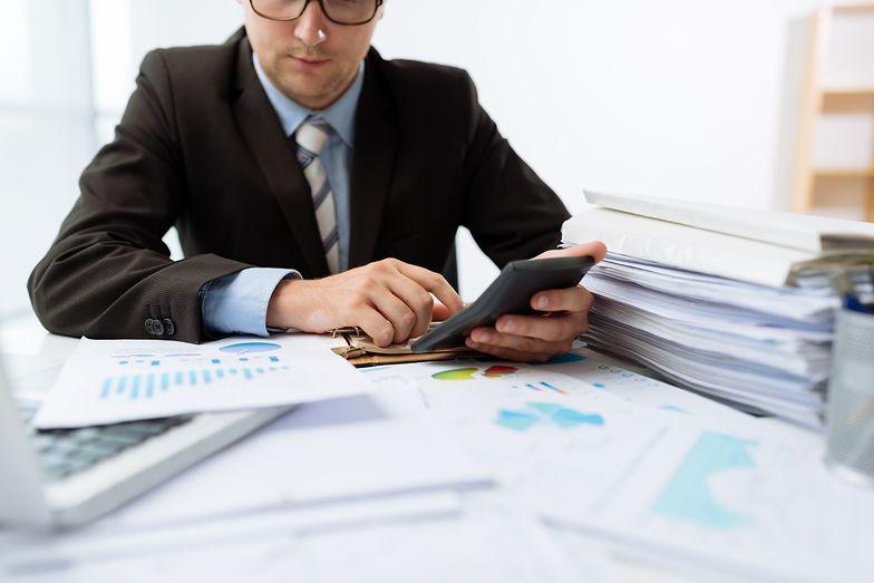 Wyliczanie składek na ubezpieczenie społeczne może wyglądać inaczej, gdy pracownik otrzymuje wynagrodzenie z kilku źródeł