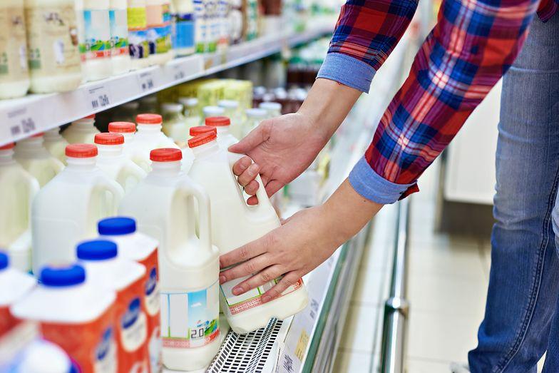 Nie trzymaj mleka na drzwiach lodówki