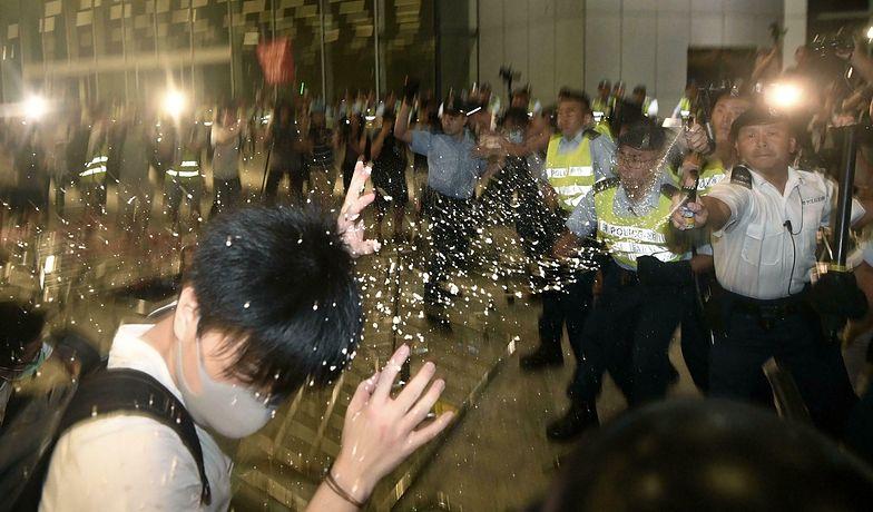 Szturm na budynki rządowe w Hongkongu. Demonstranci starli się z policją