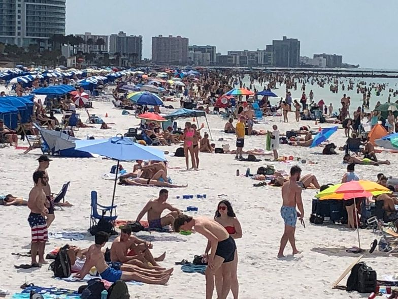 Tłumy turystów na plażach Florydy, podczas gdy świat walczy z rozprzestrzenianiem się koronawirusa.