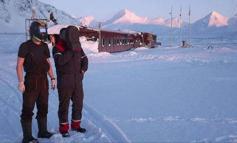 Oglądali pierwszy wschód słońca w tym roku. Polacy musieli założyć maski