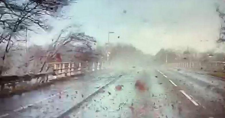 Tornado w Anglii. Mieszkańcy pokazują zniszczenia