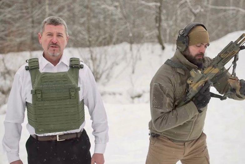 Dyrektor firmy dał się postrzelić z AK47. Pokazał, że jego produkt działa