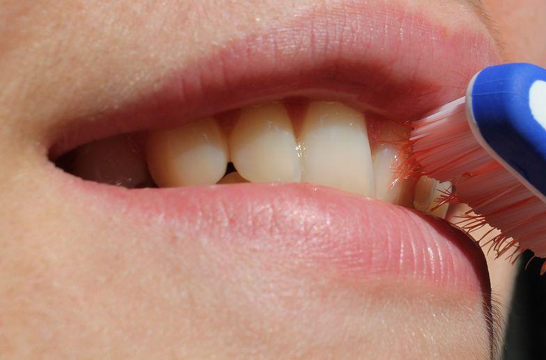 Przesadnie dbając o zęby, możesz nabawić się cukrzycy. Zaskakujące działanie płynów do płukania ust