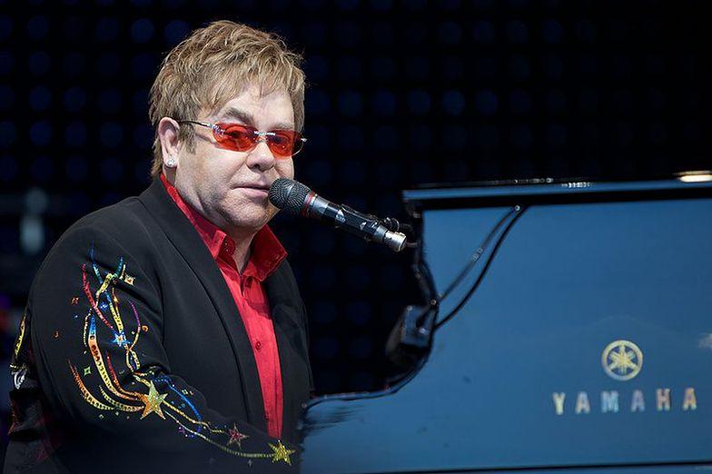"""Elton John opowiedział o walce z rakiem prostaty. Wyznał, że... sikał na scenie: """"Za kulisami stałem we łzach"""""""