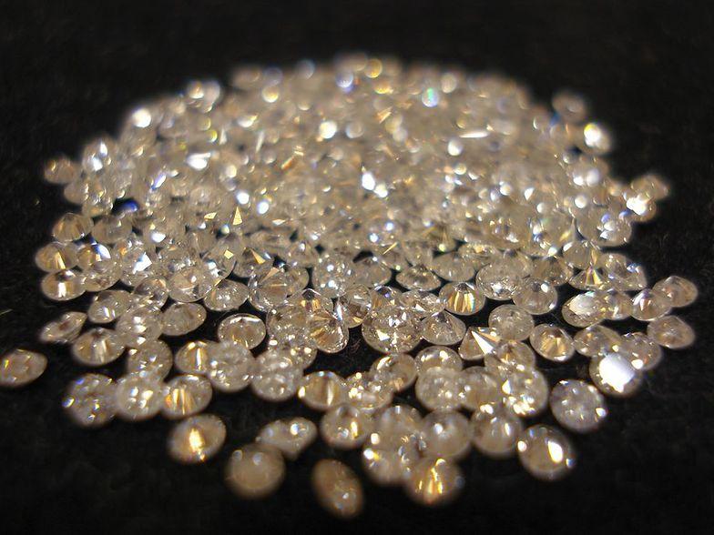 diamenty na czarnym tle