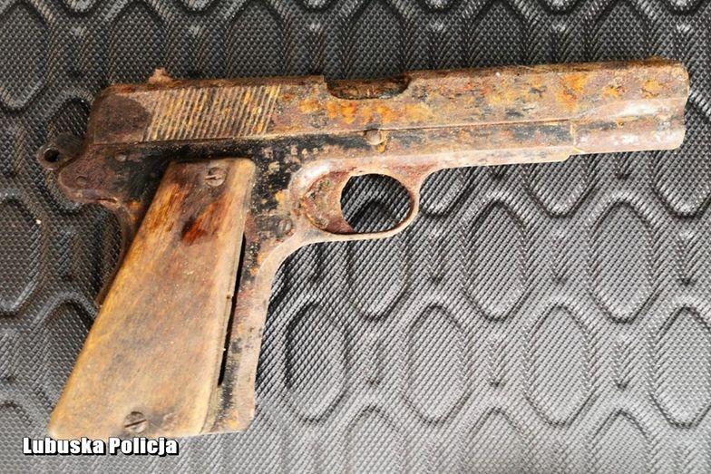 Lubuskie. W trakcie remontu odnaleziono zabytkowy pistolet z 1936 roku