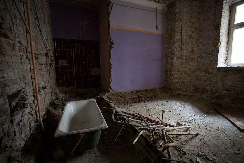 Po wielu z mieszkań przy ul Poznańskiej 14 zostały tylko ceglane ściany