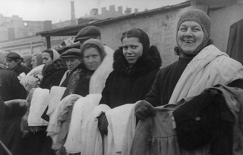 Handlarki na warszawskim targowisku. Fotografia z marca 1944 roku.