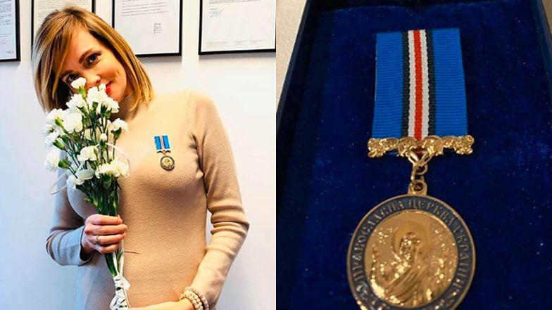 """Ciężarna Weronika Marczuk odbiera nagrodę w sukience podkreślającej brzuszek: """"Medal za Ofiarność i Miłość do Ukrainy"""""""