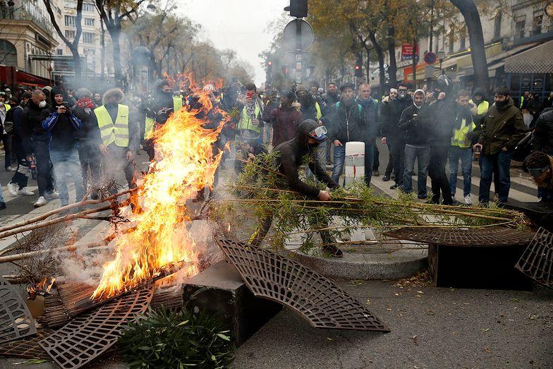 """Protest """"żółtych kamizelek"""" we Francji przybiera na sile"""