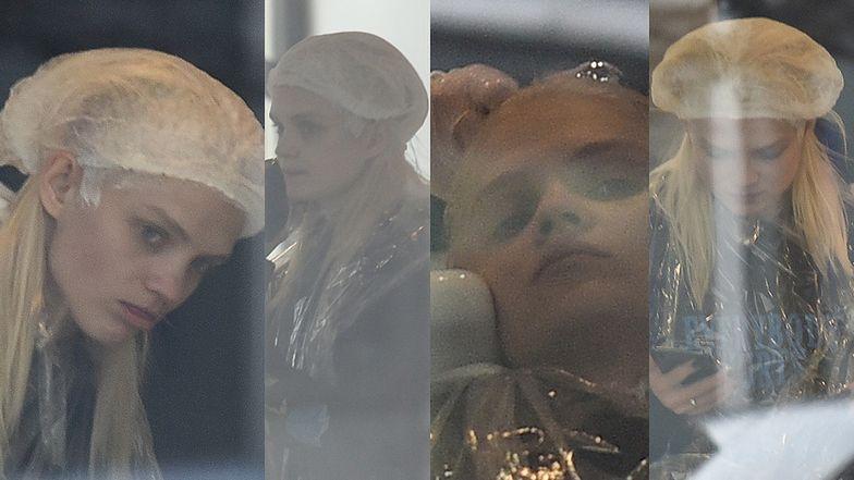 Zamyślona Margaret patrzy w dal z głową w myjce fryzjerskiej