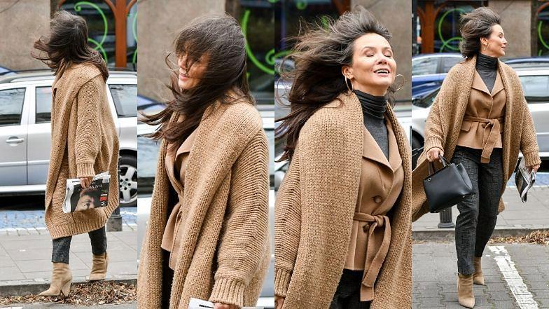 Modna Kinga Rusin walczy z wiatrem na warszawskiej ulicy
