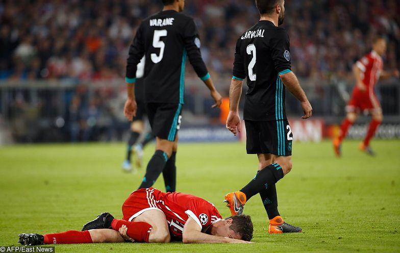 Bayern Munich's Polish forward Robert Lewandowski lays injured during the UEFA Champions League semi-final first-leg football match FC Bayern Munich v Real Madrid CF in Munich, southern Germany on April 25, 2018. / AFP PHOTO / Odd ANDERSEN