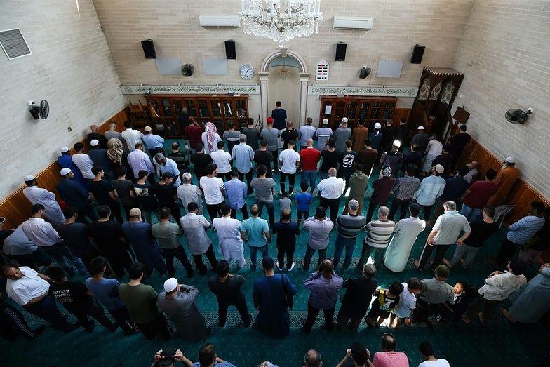 Muzułmanie modlący się za ofiary zamachów w Christchurch