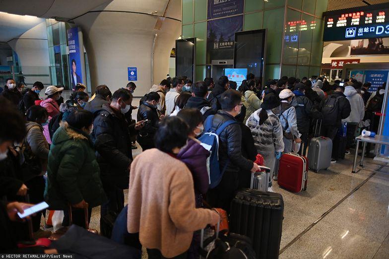 W sobotę na dworzec kolejowy w Wuhan przybyły tłumy pasażerów