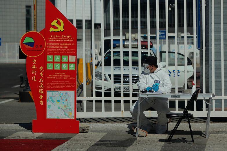 Lotnisko w Pekinie. Policjant czekający w centrum przyjmowania przybyszy z zagranicy.