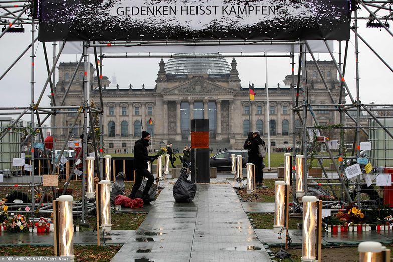 Aktywiści wystawili urnę z prochami ofiar Holocaustu przed gmach rządu. Przepraszają